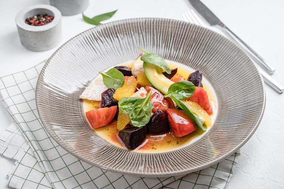 Салат c печеной свеклой, авокадо, фермерским сыром и сочной зеленью