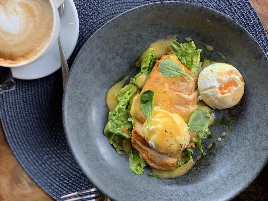 Яйцо-пашот с куриной грудкой и хрустящим салатом